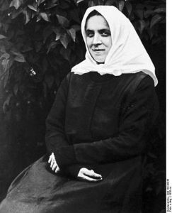 440px-Bundesarchiv_Bild_102-00241,_Therese_Neumann
