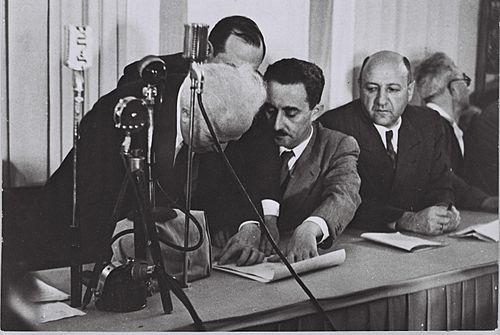 500px-Flickr_-_Government_Press_Office_(GPO)_-_Ben_Gurion_(Left)_Signing_the_Declaration_of_Independence